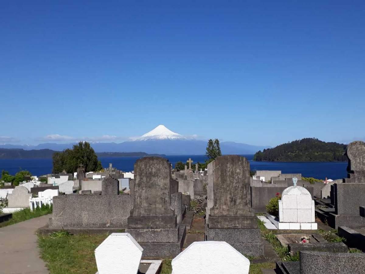 Mirador en el cementerio de Puerto Octay. Cuando fuimos estaba terminando un entierro.