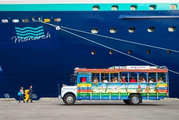 El buque Monarch en el puerto de Cartagena de Indias