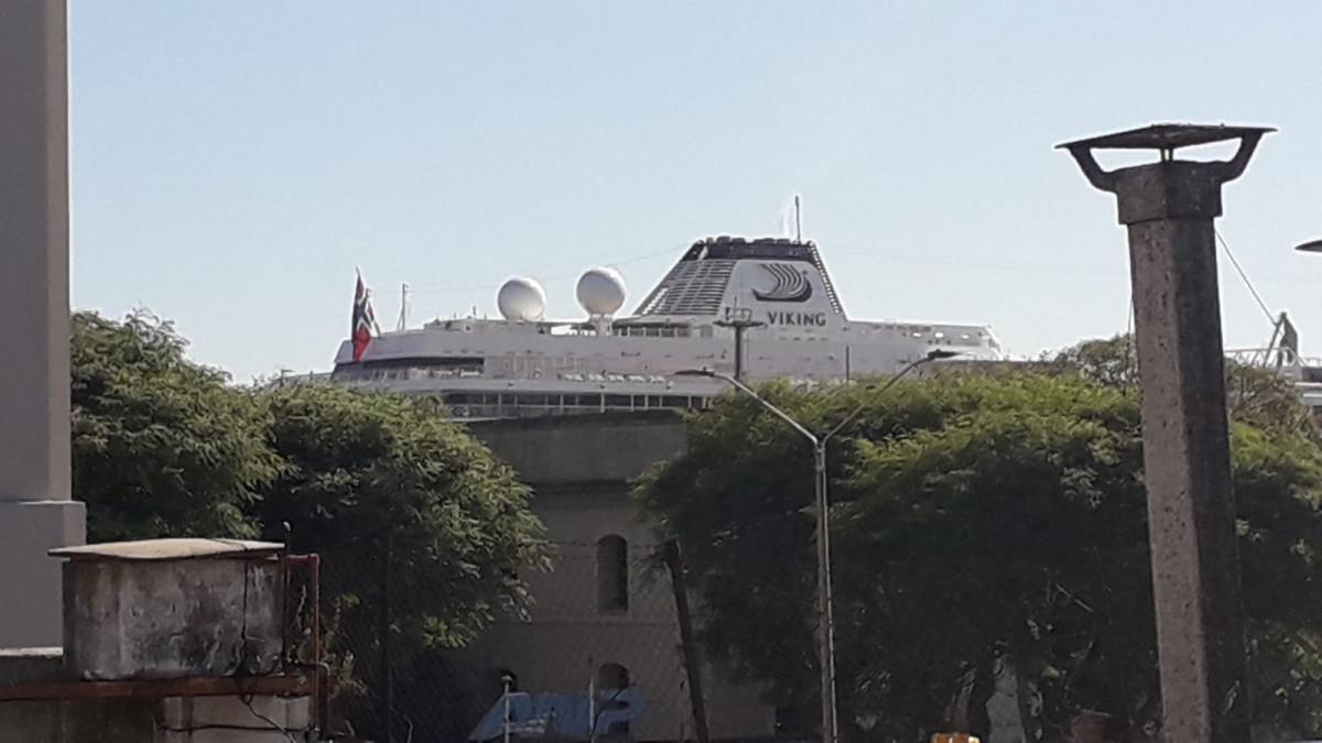Crucero Viking Jupiter este viernes en el Puerto de Montevideo.