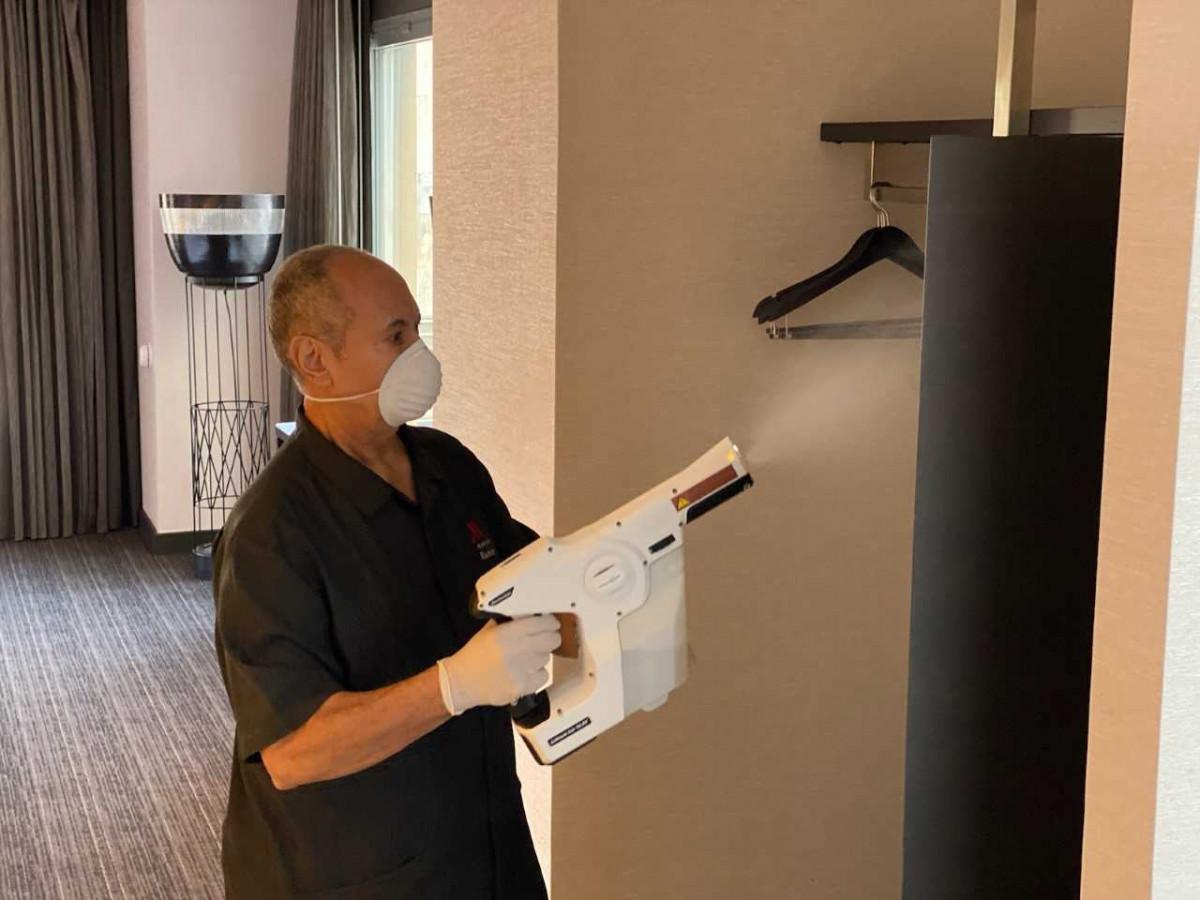Rociadores electrostáticos y desinfectante de grado hospitalario son empleados para limpiar todos los espacios
