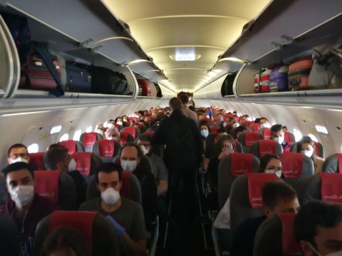 Coronavirus: escándalo en España por un vuelo que iba repleto