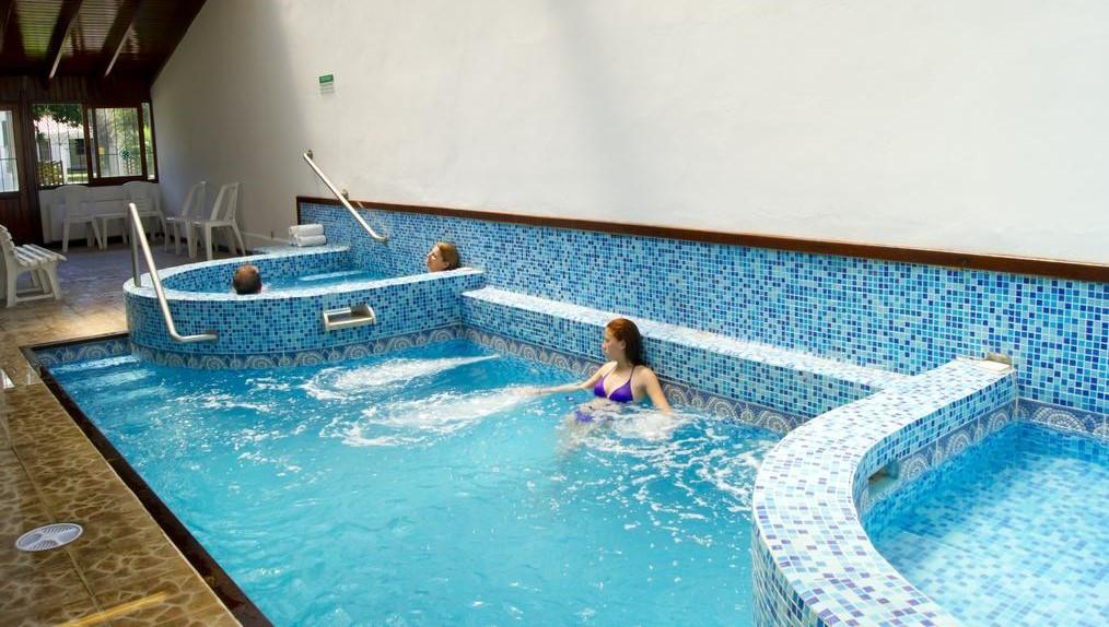 La habilitación o no de piscinas de hoteles retrasó el anuncio de los protocolos.