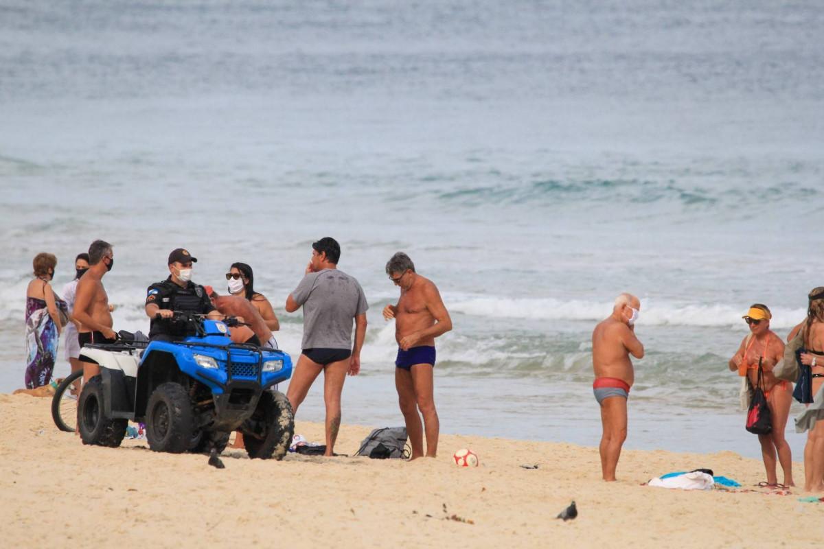 Funcionarios intervienen a quienes no respetan las restricciones en las playas de Rio de Janeiro; en este caso el ex futbolista Renato Gaúcho y amigos. Foto: @Metropoles