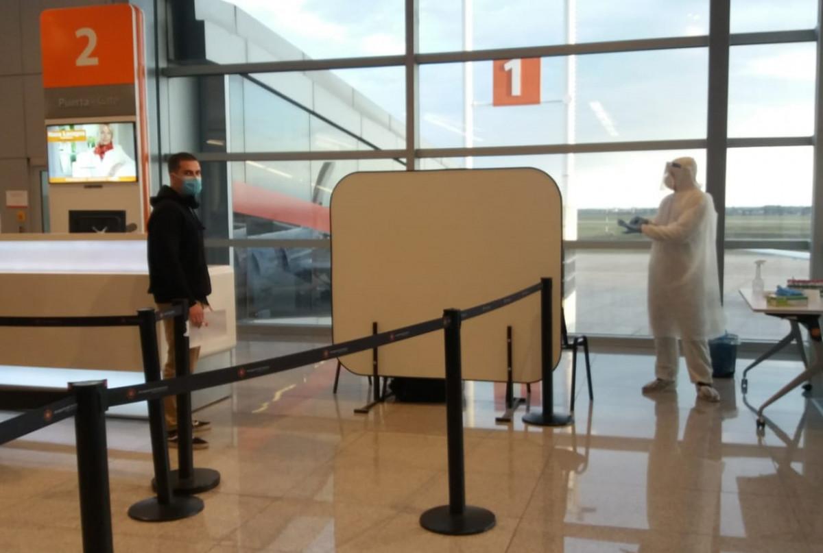 Puesto de muestras para hisopados a pasajeros en el Aeropuerto de Carrasco