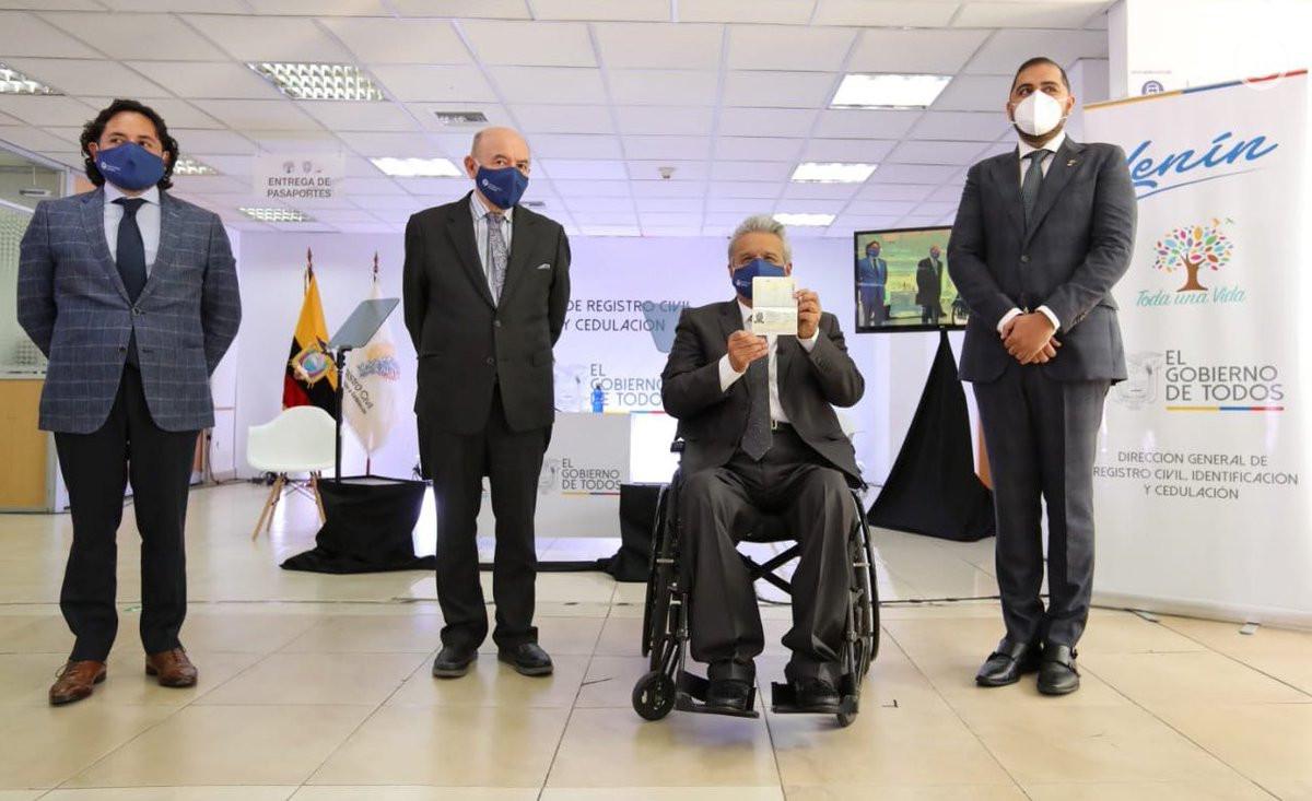 El presidente Lenín Moreno recibió el primer pasaporte biométrico emitido por Ecuador