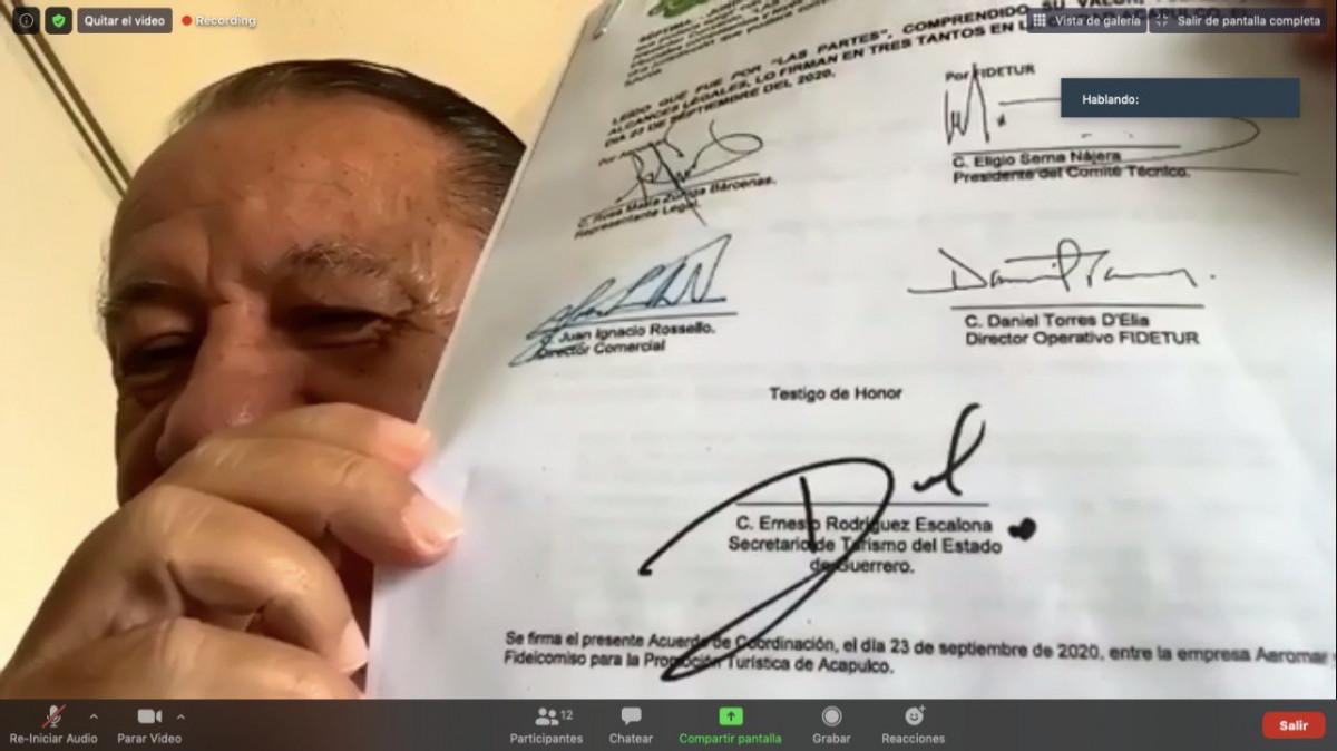 El gobernador de Guerrero mostró la firma de un acuerdo con la aerolínea Aeromar.