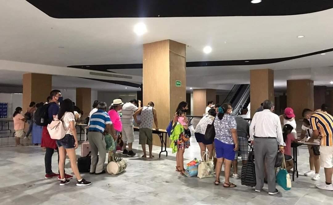Turistas refugiados en un hotel de Cancún. Foto: Red de Prensa Libre México