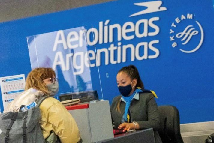 Para viajes internacionales es necesario estar 5 horas en el aeropuerto, advierte Aerolíneas Argentinas.