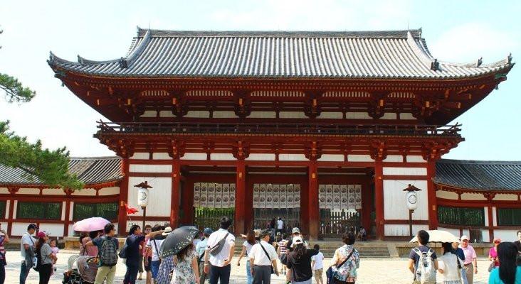 Japón desembolsa miles de millones de dólares para sostener a la industria del turismo.