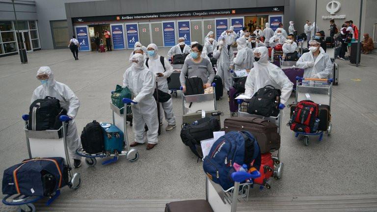 Viajeros arribados al Aeropuerto de Ezeiza que cerró los arribos desde el Reino Unido desde este martes.