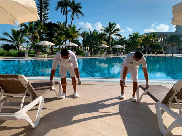 Los hoteles y el turismo seguirán operativos bajo los protocolos actuales, pero las nuevas condiciones para ingresos de los viajeros suponen restricciones.