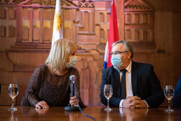 Intendenta de Montevideo, Carolina Cosse, y el presidente de la Asociación de Hoteles y Restaurantes del Uruguay, Francisco Rodríguez
