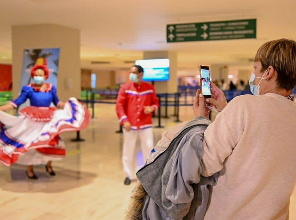 Recibimiento a turistas en el aeropuerto de Punta Cana
