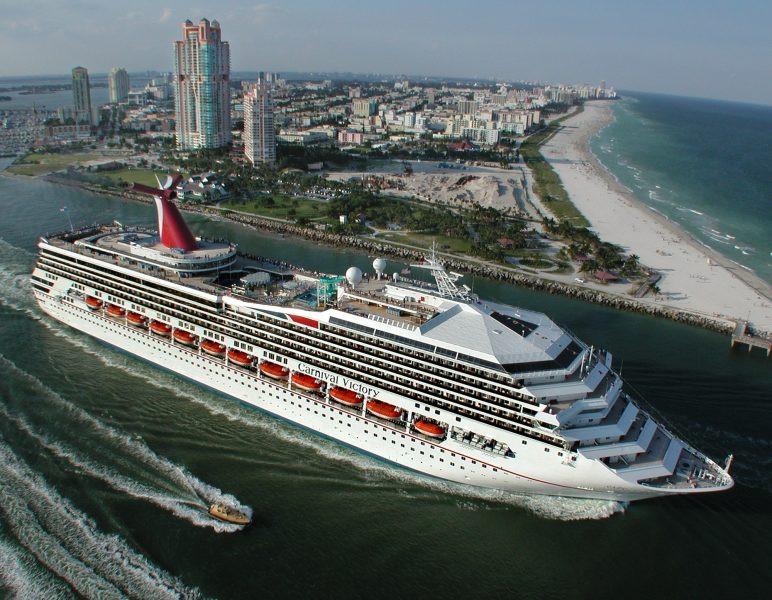 El Carnival Victory saliendo del puerto de Miami, su principal base en EEUU. Foto: Archivo