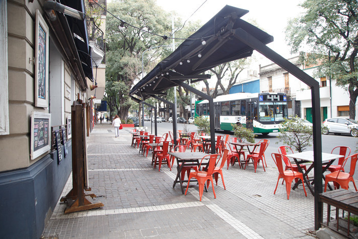 Restaurantes y bares pueden recibir clientes al aire libre y solo hasta la hora 20.