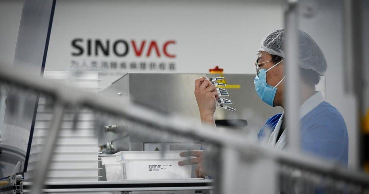 Laboratorio de Sinovac en China: la OMS solicita más información antes de resolver sobre la aprobación de la vacuna.