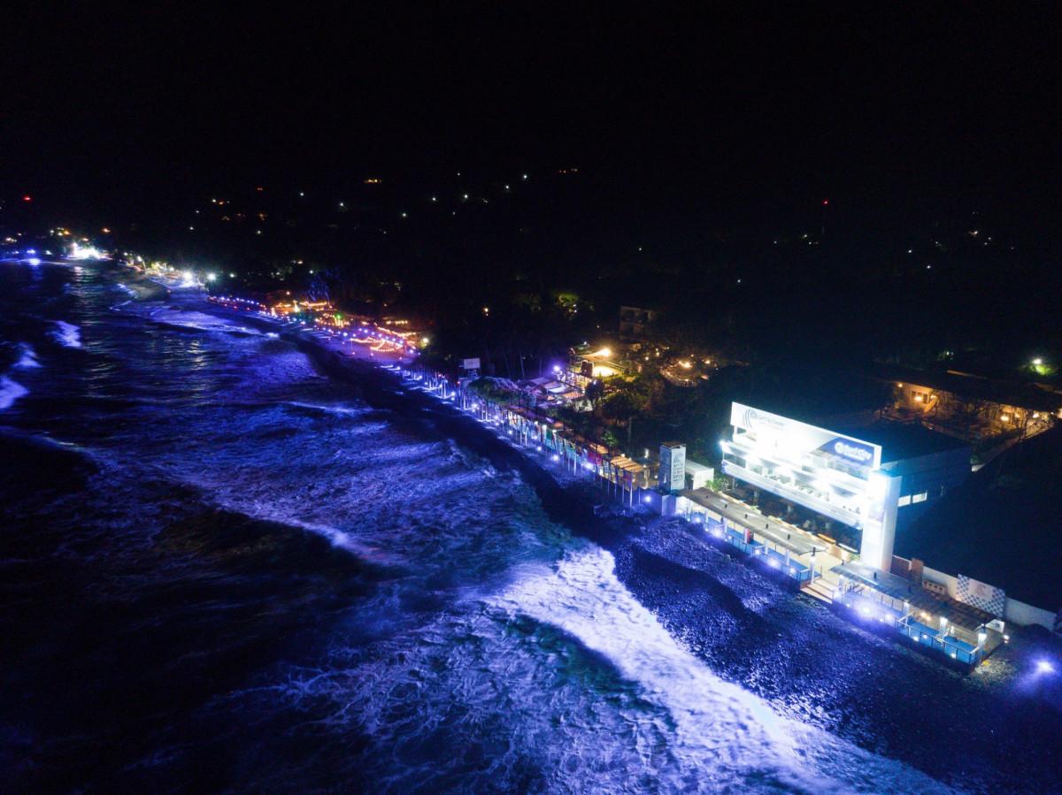 Surf City con iluminación nocturna
