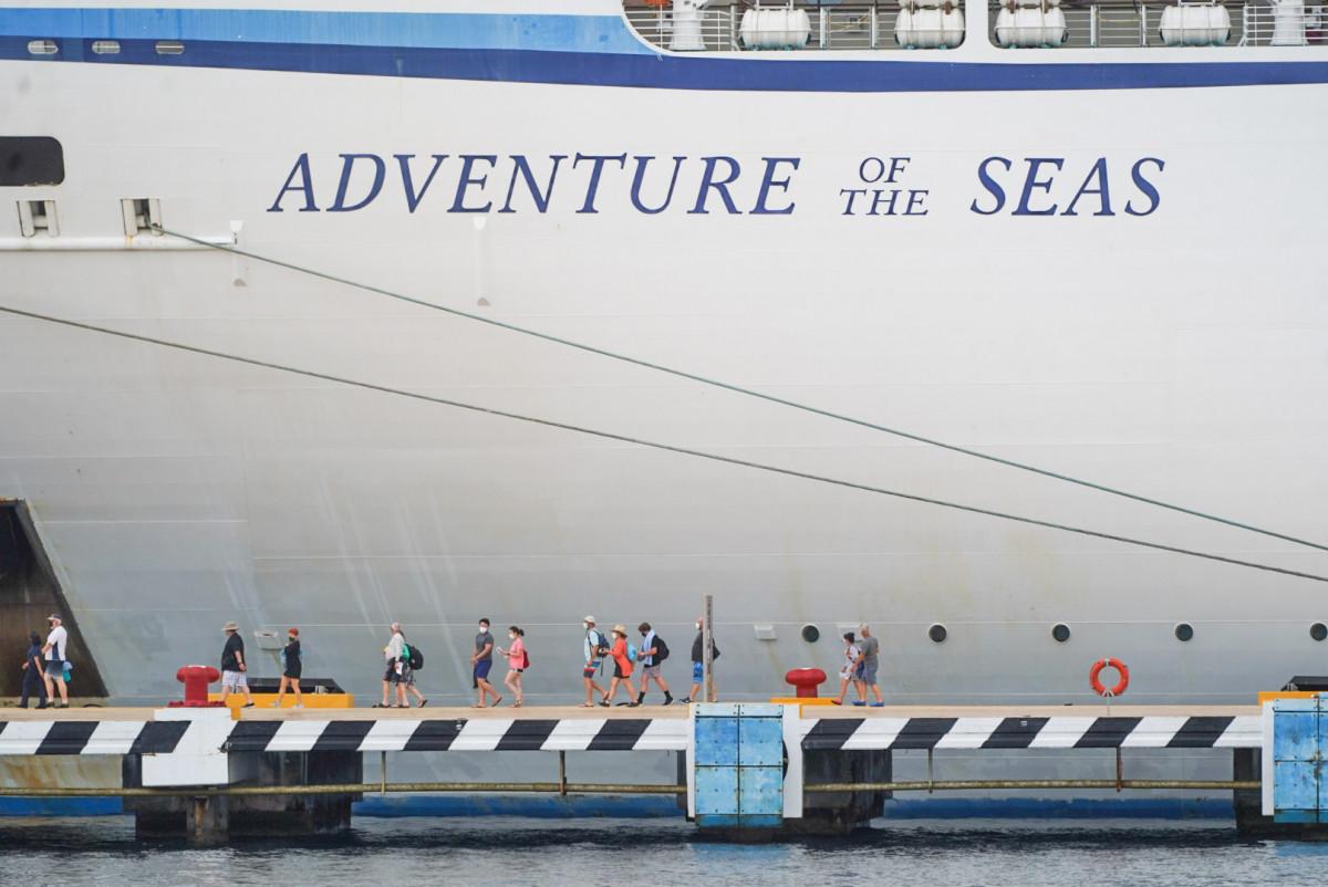 Turistas llegan a Cozumel en el Adventure of the Seas.