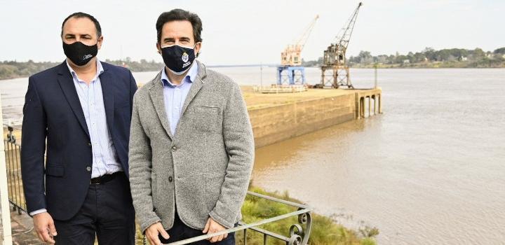 El ministro Germán Cardoso en el puerto de Salto junto al presidente de la delegación uruguaya en la CTM de Salto Grande, Carlos Albisu.
