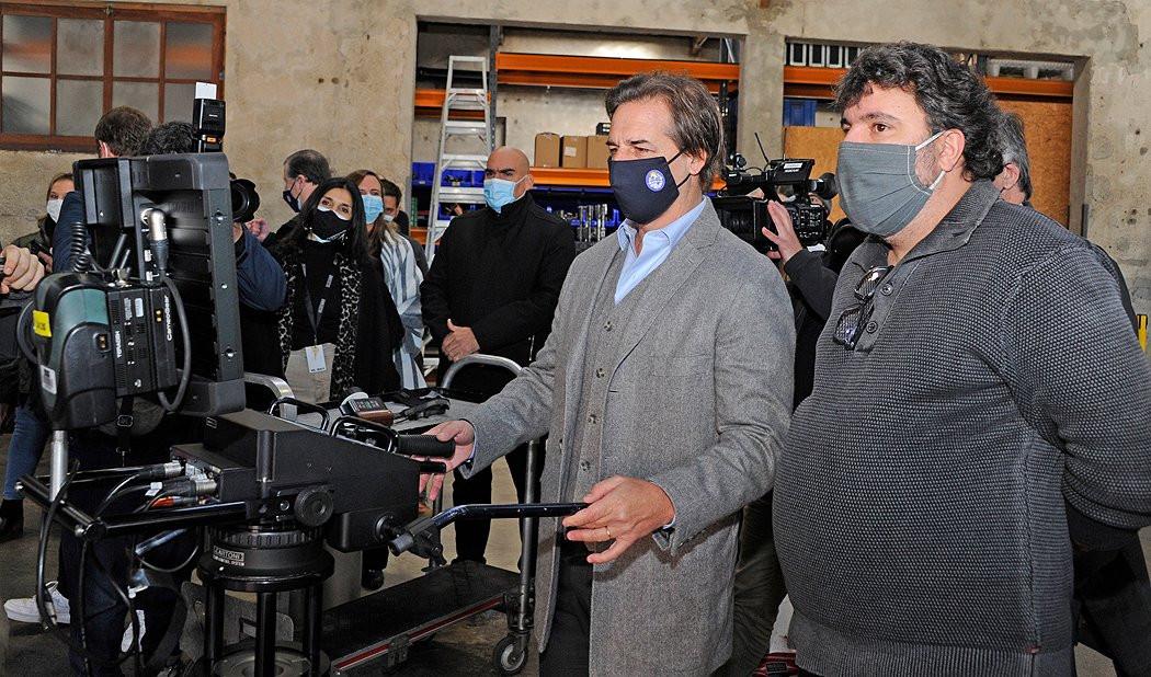 El presidente de Uruguay, Luis Lacalle Pou, en una visita a un polo de producción audiovisual.