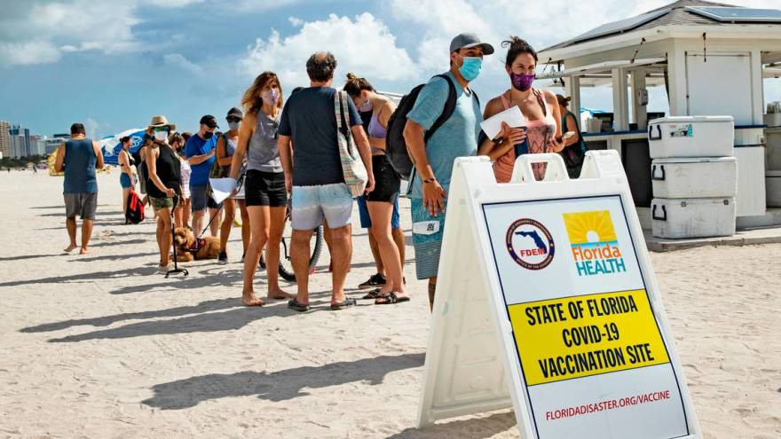Puesto de vacunación en Miami. Foto: Wlrn