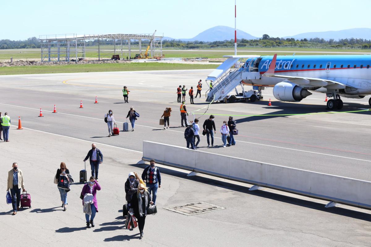 Argentinos llegan a Punta del Este en el primer vuelo de Aerolíneas Argentinas en 18 meses. Foto: Intendencia de Maldonado
