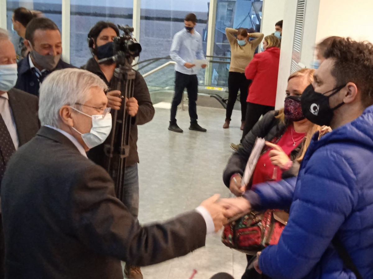 Autoridades recibieron a los primeros pasajeros en la reapertura del puerto de Colonia este miércoles, al arribo del primer barco de Colonia Express.