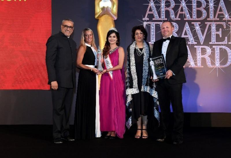 """Imagen: Kathryn Wallington, Directora General en Emiratos Árabes Unidos y Matthew Powell, Director General para Oriente Medio y Asia del Sur reciben el premio al """"Mejor GDS"""" en los Arabian Travel Awards"""