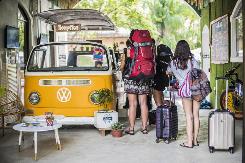 Grupo de huéspedes llegando a Selina Santa Teresa (Costa Rica)